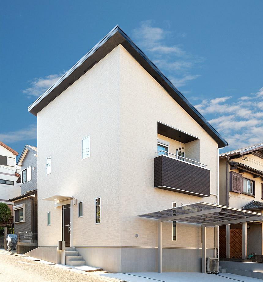 大容量の太陽光パネル搭載させた片流れの屋根。シンプルにすっきりとまとめた外観はおしゃれに仕上がりました。