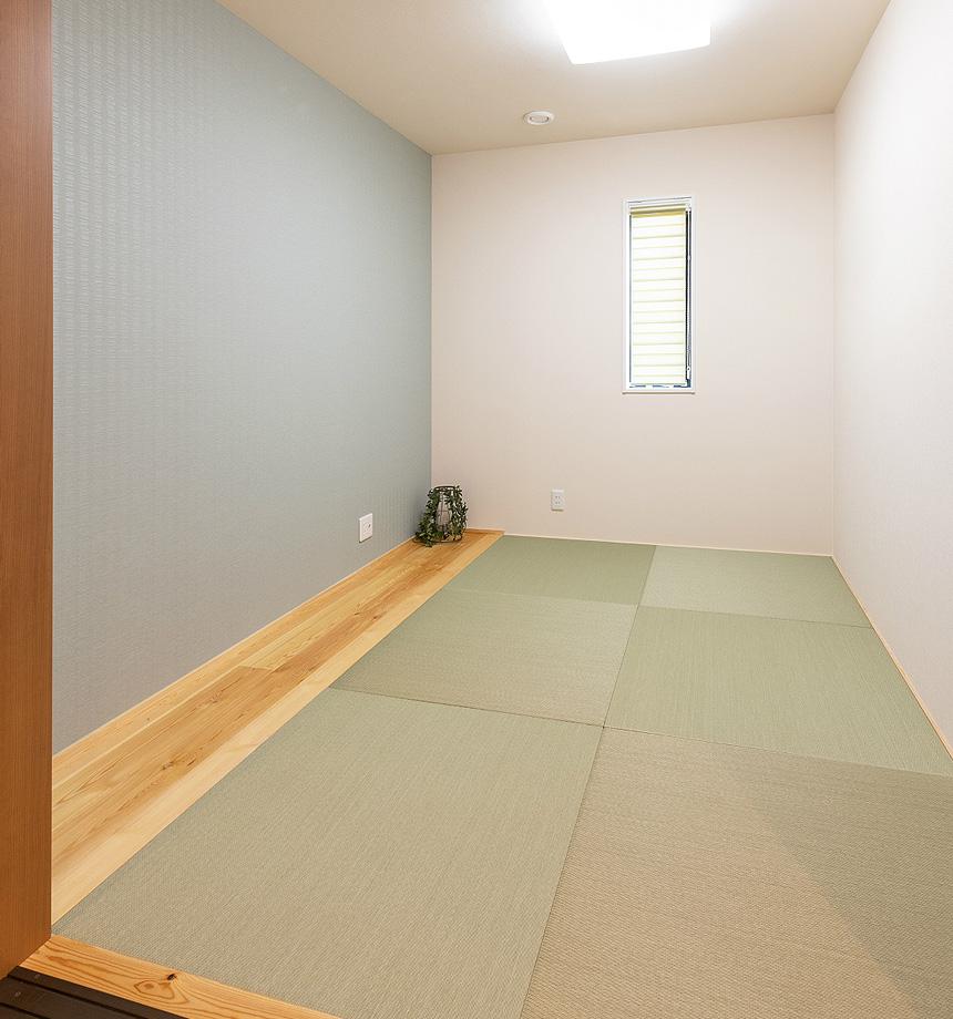 リビングに隣接した場所に和室を設け、日常は部屋を大きく使い、お客様の際には客間として使えるように配置しました。琉球畳と赤松の無垢材で癒しの空間です。