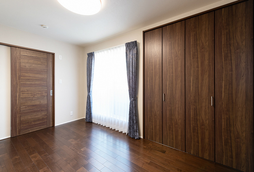 「寝室」ご夫婦の寝室は落ち着きのある空間にしあげ、深みのある部屋になりました。
