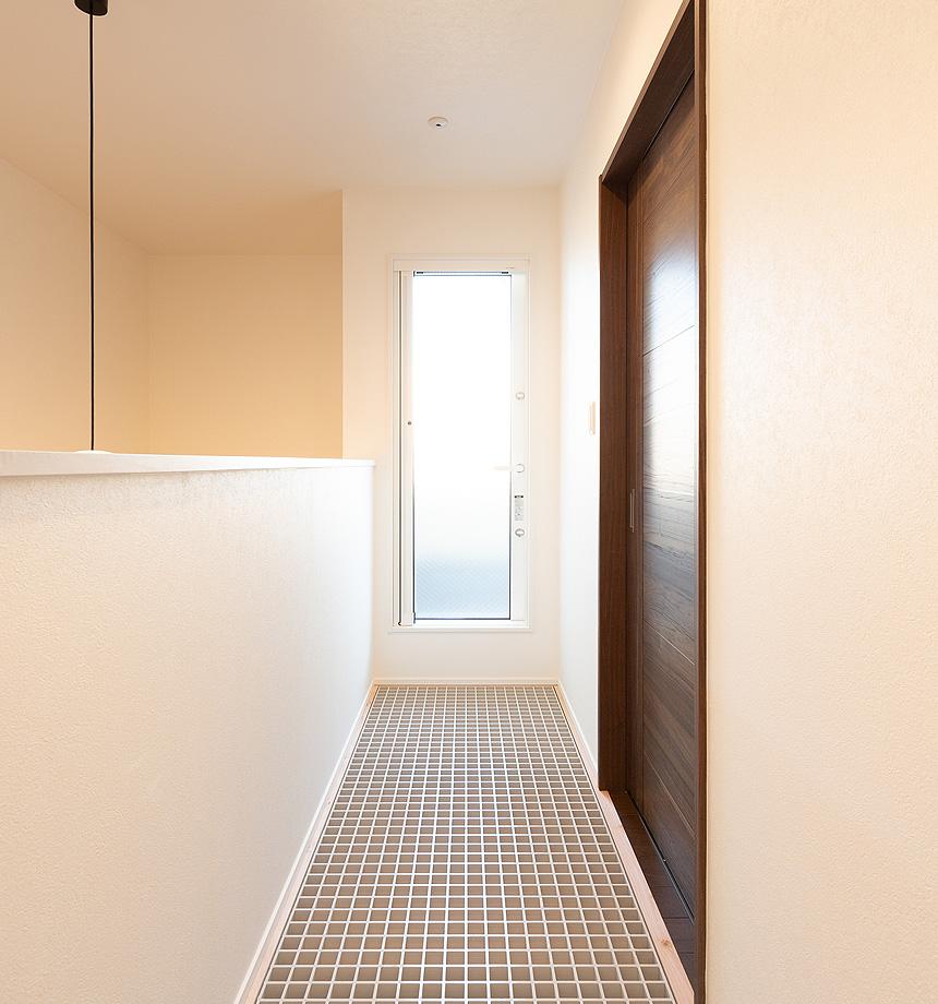 2階の廊下にグレーチングを採用。ベランダにつながる扉から入る光が、グレーチングを通し、1階のリビングに差し込みます。