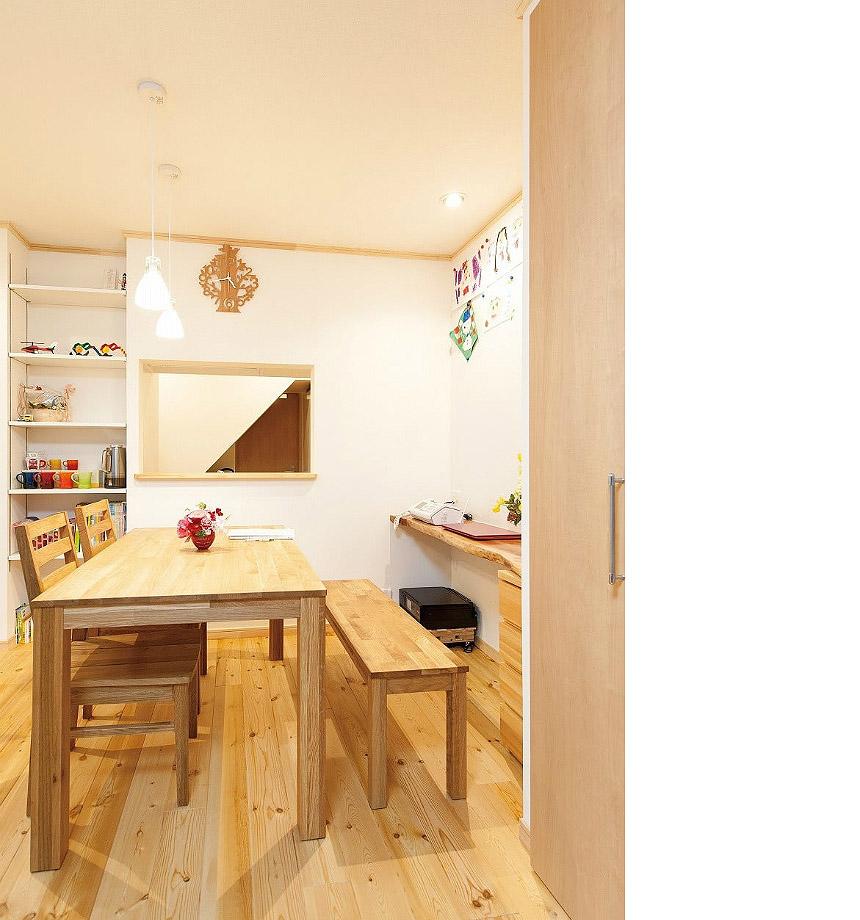赤松の無垢床と天然木の壁際デスクなど 木の香りがいっぱいの暖かみのあるお家に。