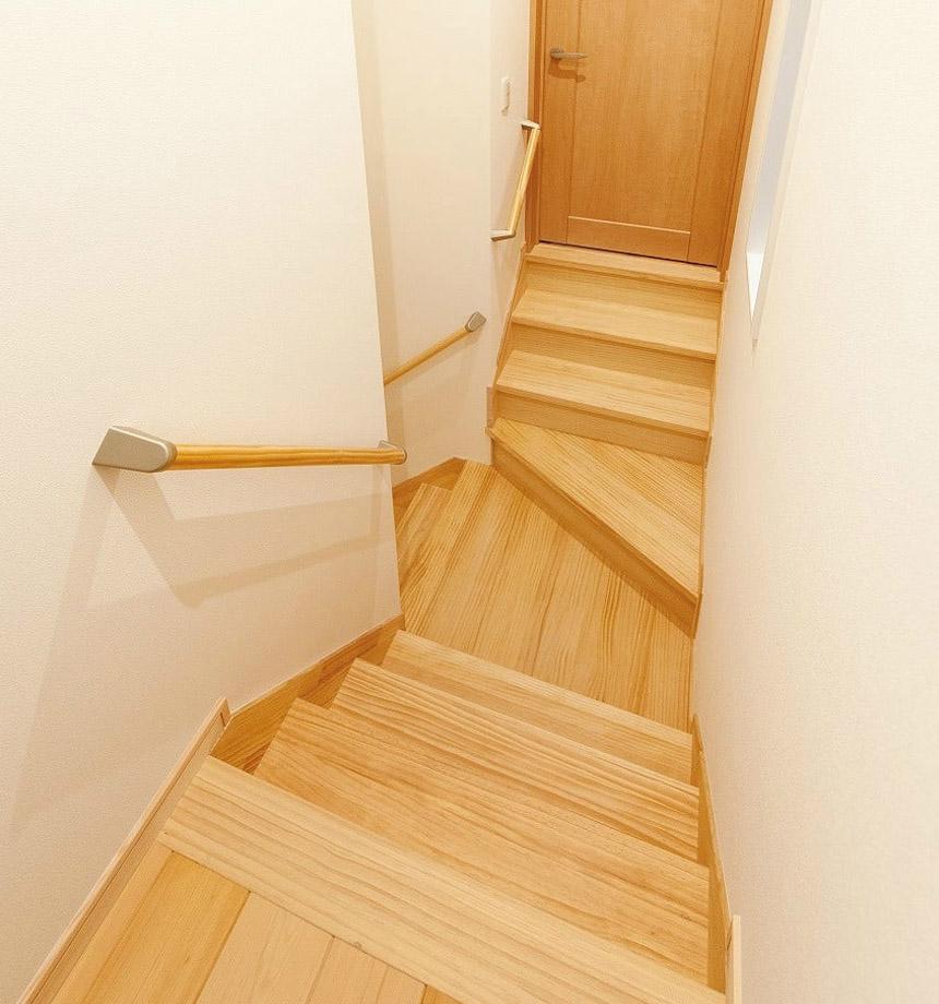 階段の中央で踊り場を設ける設計で、2階に3部屋の夢を叶えた