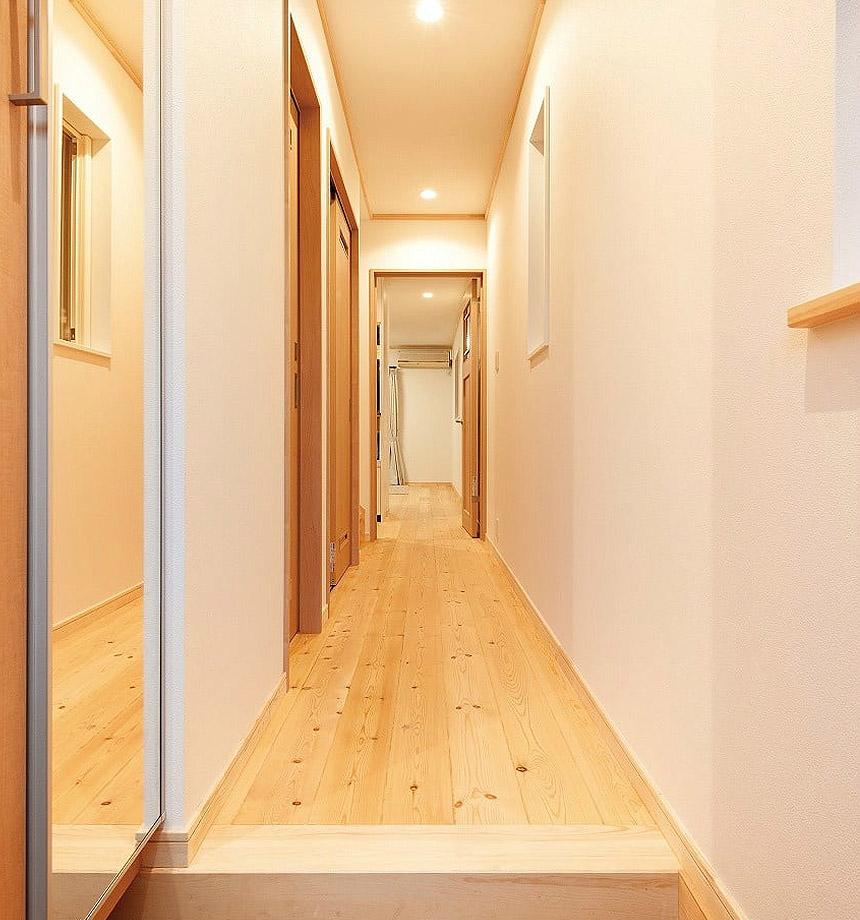 玄関入ってリビングまで続いた廊下に、水廻りを設け、すっきりとした設計に。