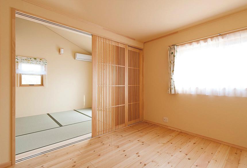 畳の部屋はロフトを設け、無駄なく収納スペースにしました。 2階も格子戸により陽の光を共有しています。
