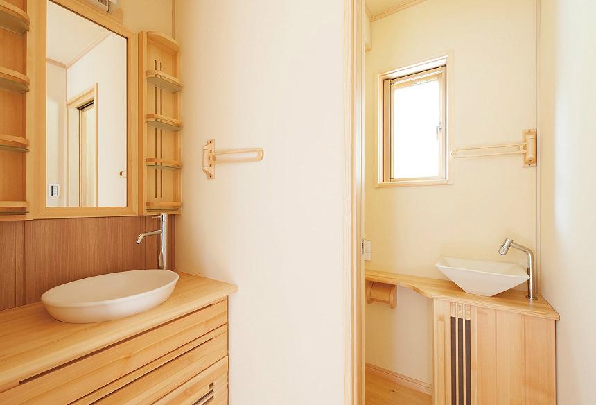 洗面台・トイレの手洗いまで、無垢材を使用し、こだわりのスペースです。