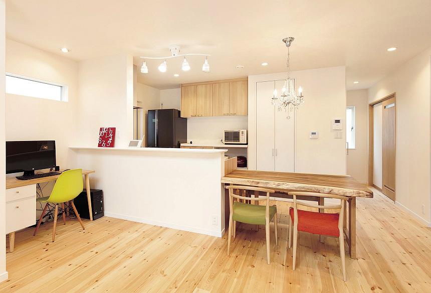キッチンとダイニングテーブルを一直線にレイアウトしてシンプルな生活動線を実現。