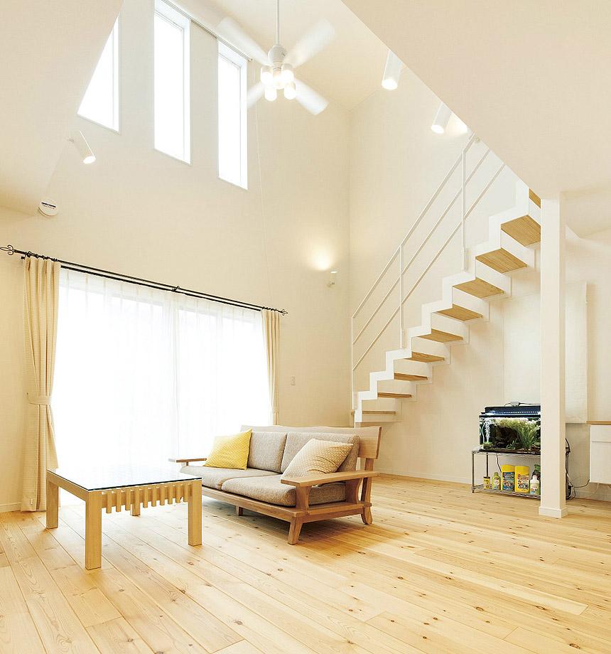 吹抜けの空間の片側をストリップ階段が上がっていく光景はシンプルでかっこいい空間です。