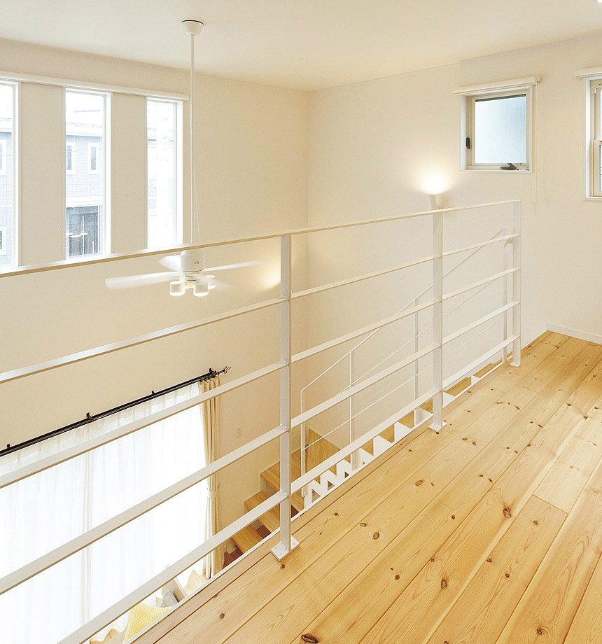 高窓からの光がLDKにも2階スペースにも差し込み明るい暖かい空間 どこにいても家族を感じること。