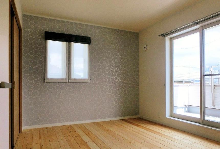 2階の寝室にも無垢材を使用し、落ち着く空間。