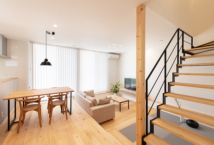 ダウンフロアは空間を広く感じさせてくれます。リビングの一角の畳スペースは、お昼寝したりもできるくつろげる空間です。