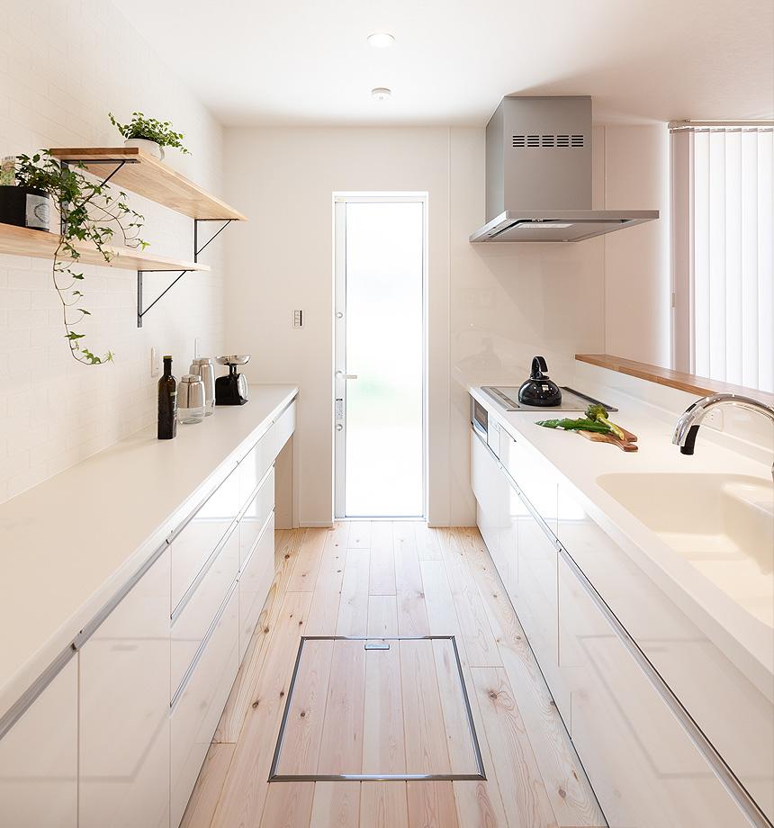キッチンはLIXILアレスタを採用。ロータイプのキャビネットを選択し、壁面にはアイアンの造作棚を設置しました。見せる収納でおしゃれを演出できますね。