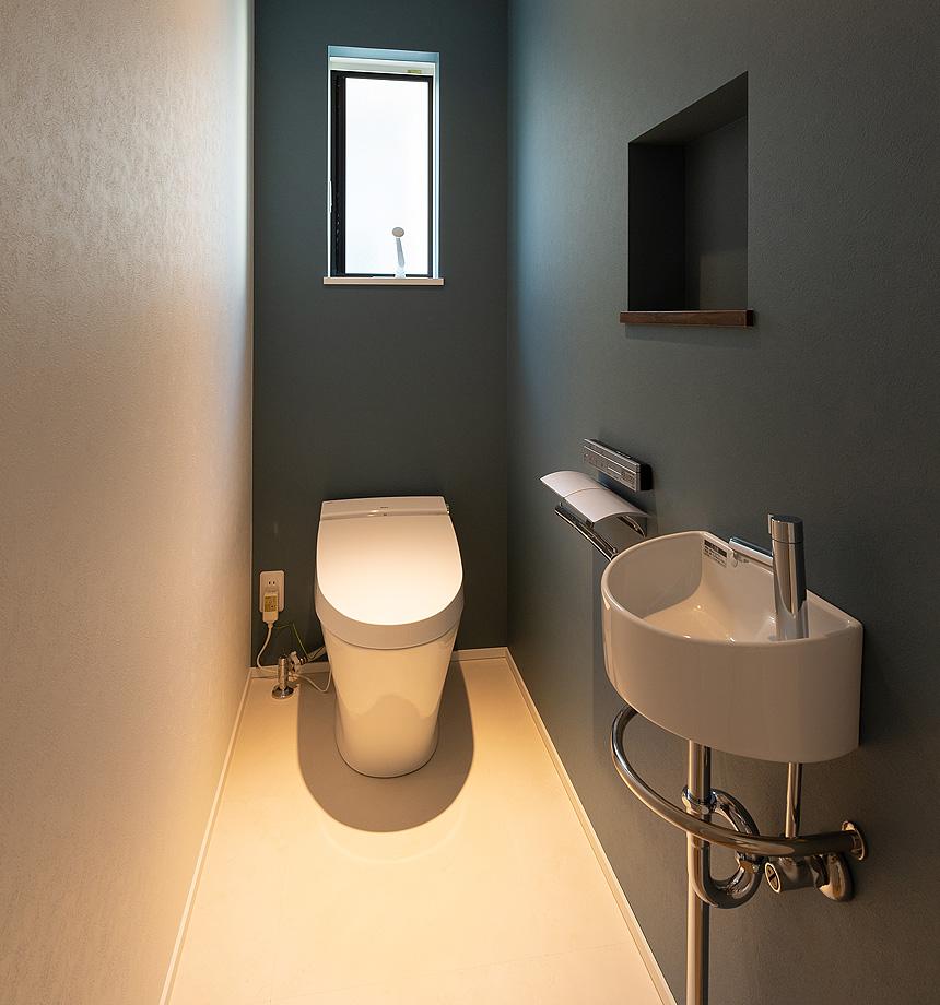 トイレはネイビーのアクセントクロスでぐっと引き締まった印象に。
