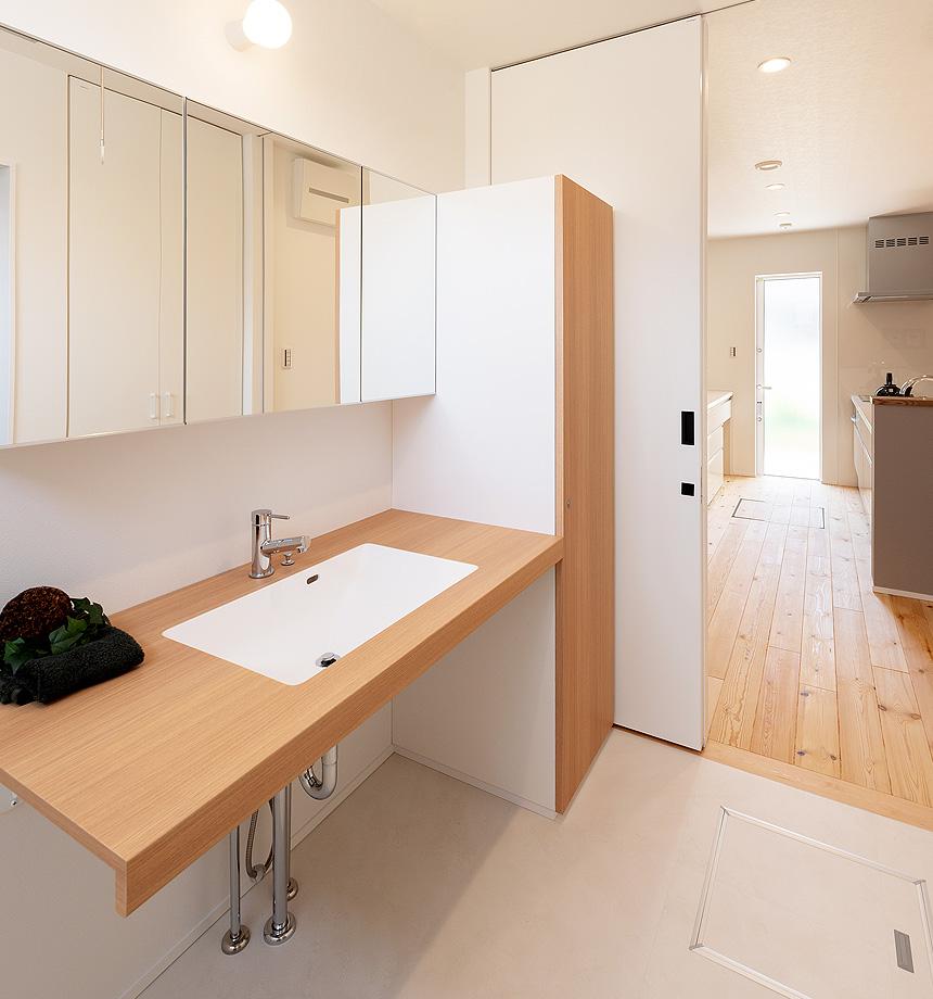 キッチン横の洗面室は、朝の忙しい時間の家事を短縮してくれます。