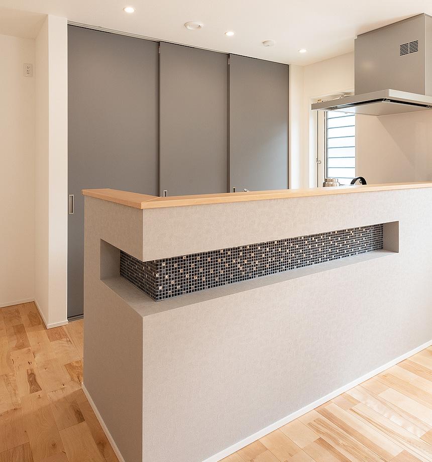 おしゃれなキッチンカウンター。グレー×ネイビー×木目の配色が素敵です。アクセントタイルもこだわりました!