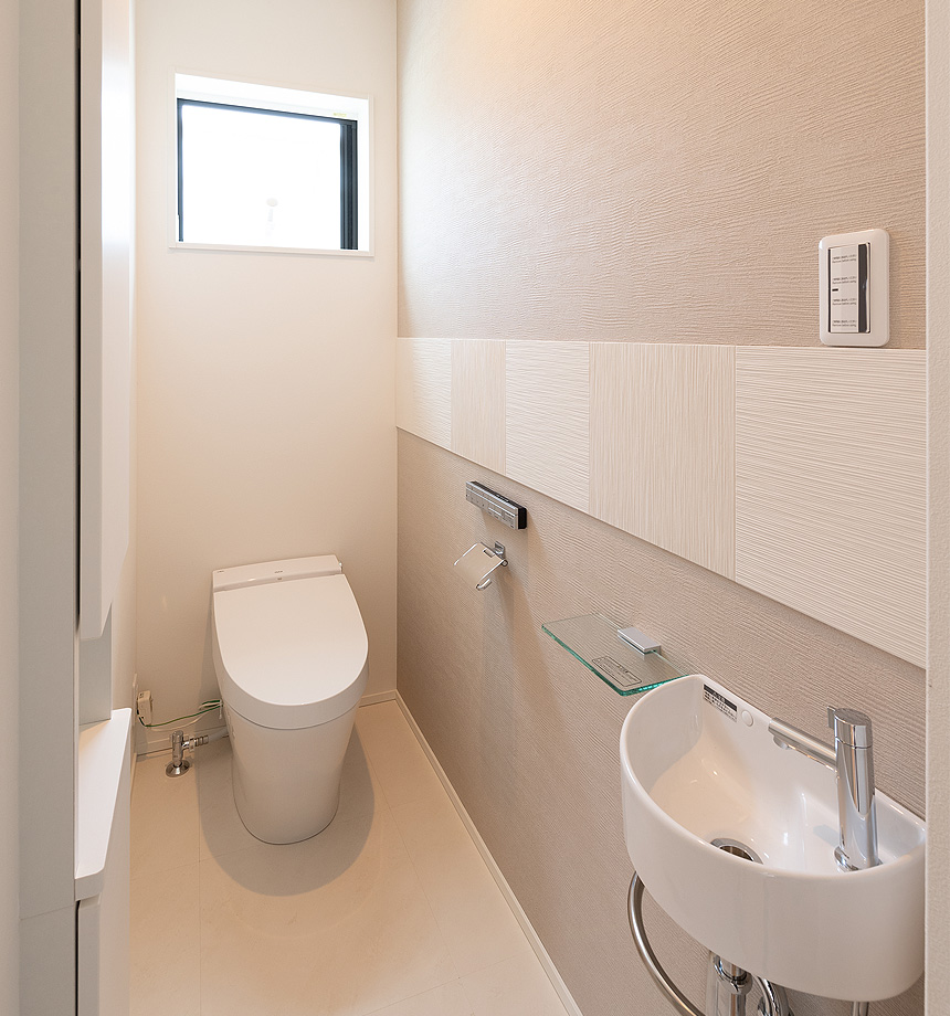1階のトイレはアクセントにエコカラットを使いました。トイレスペースがワンランク上のおしゃれ空間になりました。もちろんだ脱臭効果もあります!