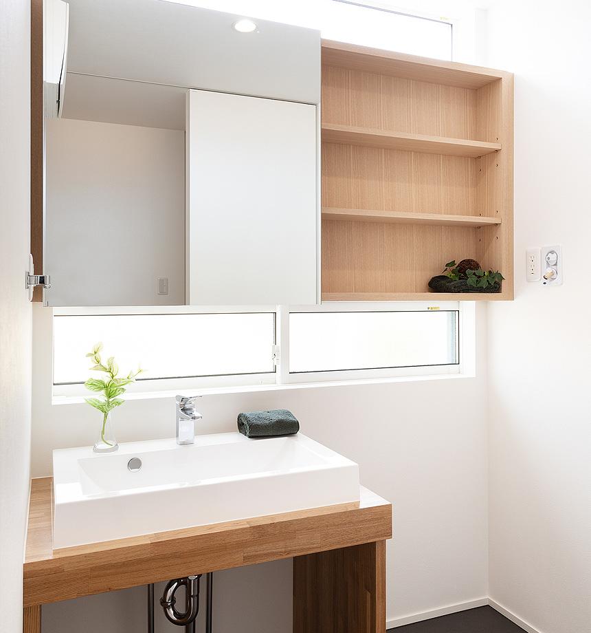 オープンな洗面台。自然な光も差し込む小窓もあり、すっきり明るい洗面スペースになりました。