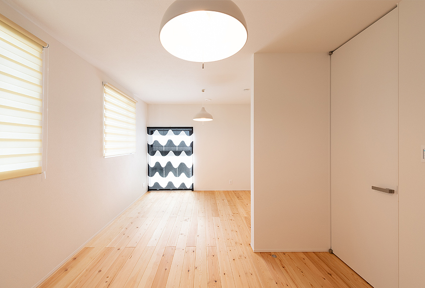 子ども部屋。11帖を現在はオープンスペースに。将来、間仕切るため、左右対称に作られています