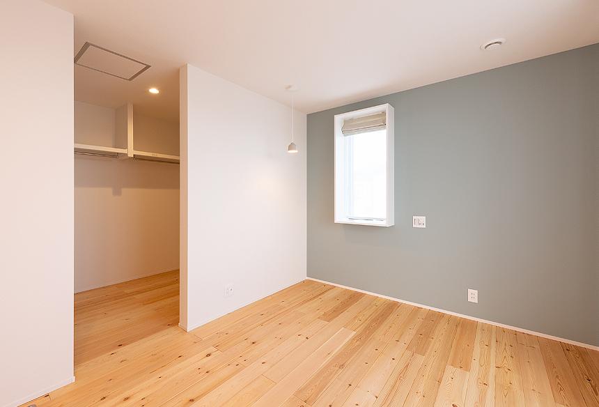 寝室はリラックスできるよう落ち着いた雰囲気に仕上げました。赤松の無垢床と白とブルーグレーのクロスのセンスが抜群ですね。寝室には大容量(4帖)のウォークインクローゼットが隣接されています。すっきりと収納できます。