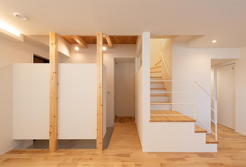 玄関を入り右がリビング、左がトイレ。トイレを独立させた間取りプランになりました。