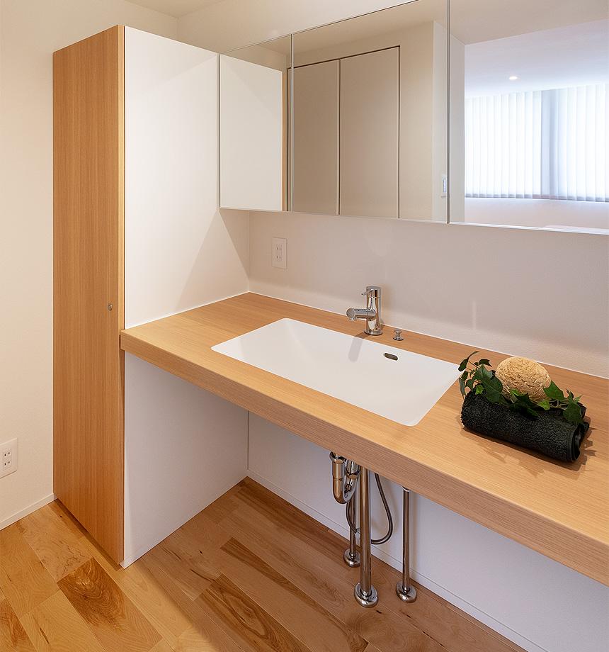 脱衣室より独立させた洗面台。来客時に雑多になりがちな洗濯機まわりを見せなくてよいことや、浴室を利用している時に洗面台を使う為の気遣いなども、独立させることで解決です!!