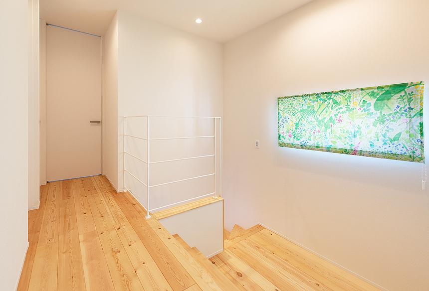 1階から2階への途中に2帖程のスキップフロアをつくりました。ご家族のスタイルに合わせて、使い方もいろいろできそうですね。2階は、赤松の無垢床を使っています。1階とは違う空間になりました。