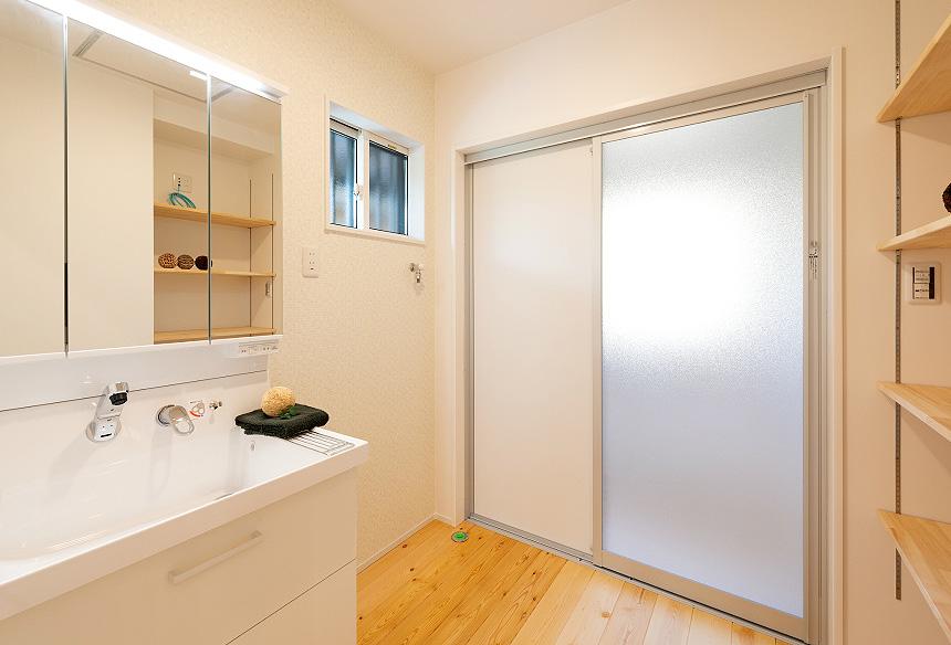 「洗面室」面所もゆったりと設計。側面に棚を取付ることで、すっきりと収納できます。
