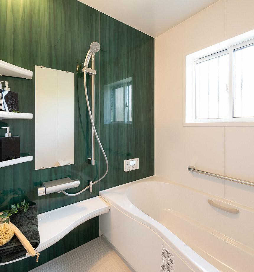 「トイレ」アクセントカラーは、グリーン。窓を取付、明るいトイレになりました。