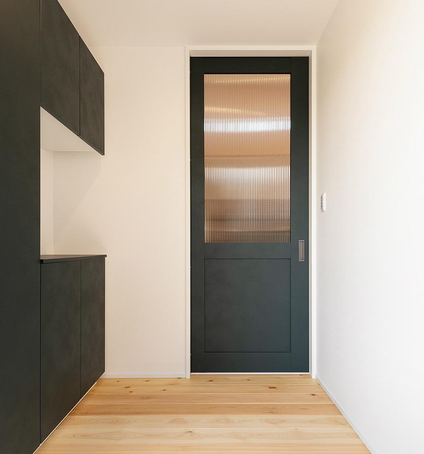 「玄関」玄関収納、内装建具はラシッサDのボトルグリーンを採用。男前な印象で部屋が引き締まります。