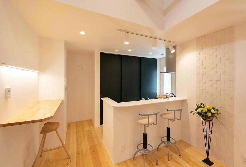 「キッチン」キッチンカウンターやキッチン横のカウンターには、家事をしながら会話ができるスペースに。エコカラットの壁が、アクセントになり、お洒落な空間に