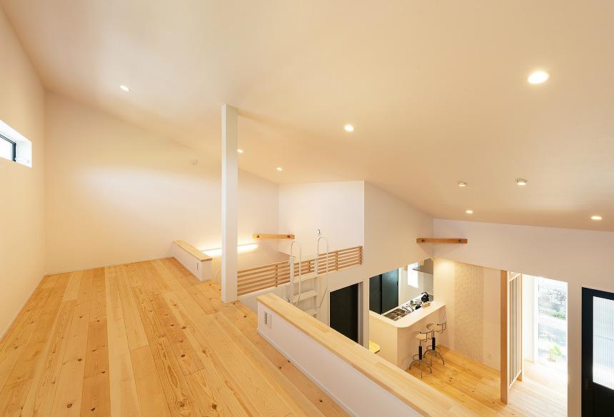 「ロフト」フリースペースとして活用できるよう、大きなスペースを作りました。高さも十分にあり、広々とした空間です。寝室とリビングに階段を設けました。