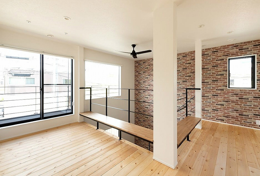 2階。階段をあがったホールスペース。吹き抜けの手すりにはベンチがおしゃれ♪
