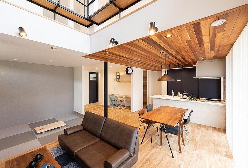 LDKにスタディーコーナーと和室。2階吹抜けで、大きな窓からの明るい差し込む光。どこにいても、家族を感じることのできます。