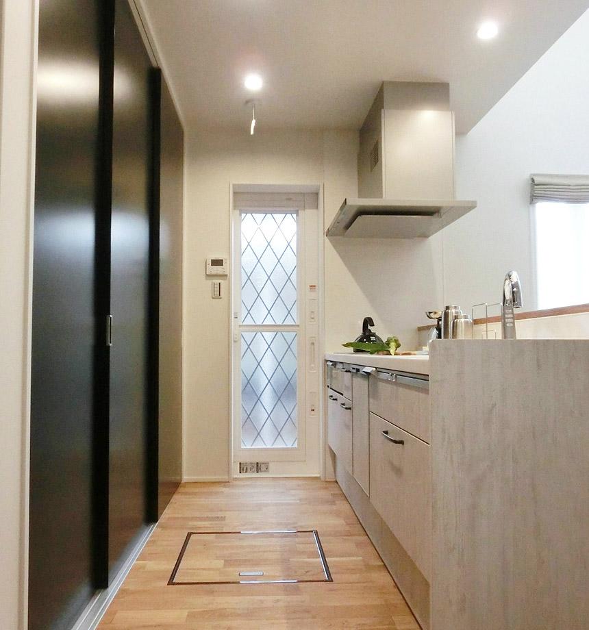 キッチン後ろの大容量の収納スペース。キッチンがすっきり片付きます。