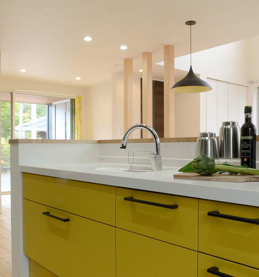 黄色のキッチン。気分があがって家事がはかどりそうですね。
