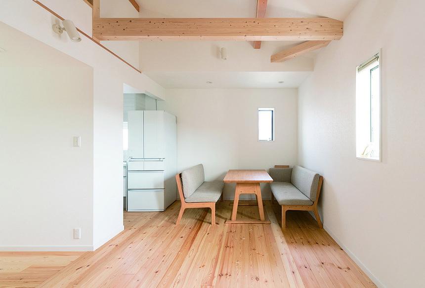 キッチン横のスペースが家族団らんのダイニングスペースに。