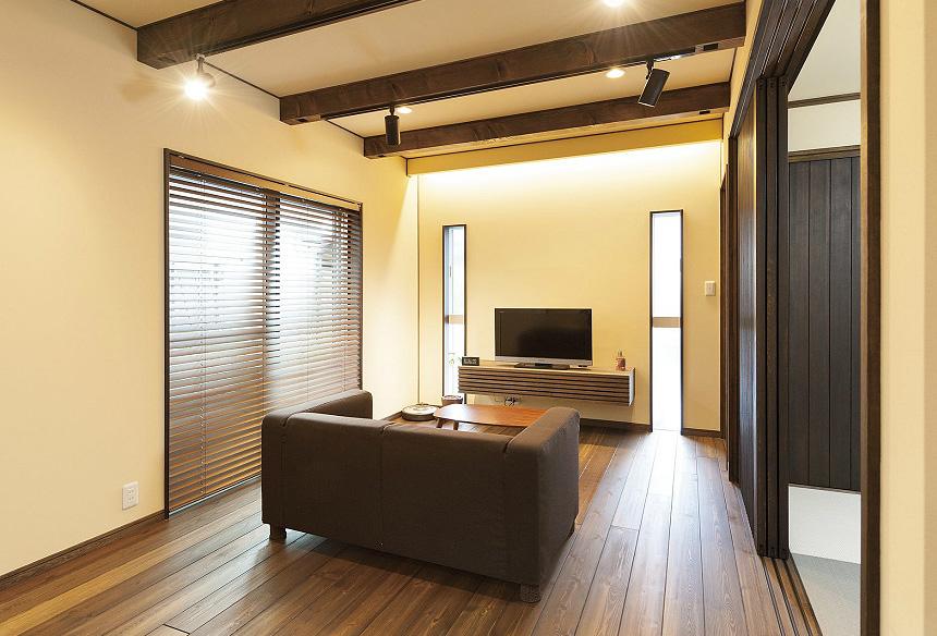 2つのスリット窓の間のテレビボードは、リビングに合わせ、設計したオリジナル商品です。