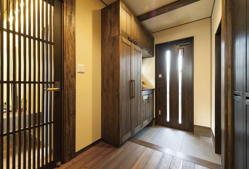 床材に合わせたオリジナルの玄関収納はたっぷりの容量を確保しました。