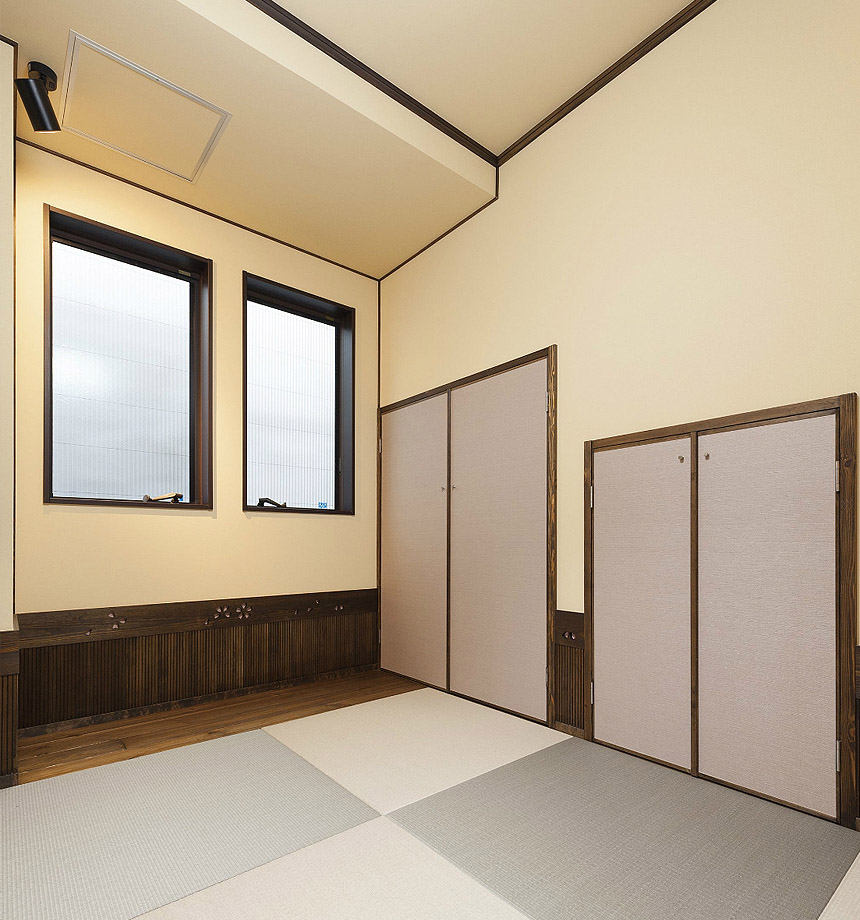和室の腰板には桜の花びらの模様を掘りこみし、和の空間を作りました。