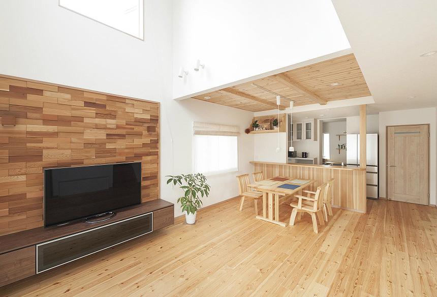 天井にも床にも無垢材が広がるLDKは、木の香りがいっぱい広がる空間です。