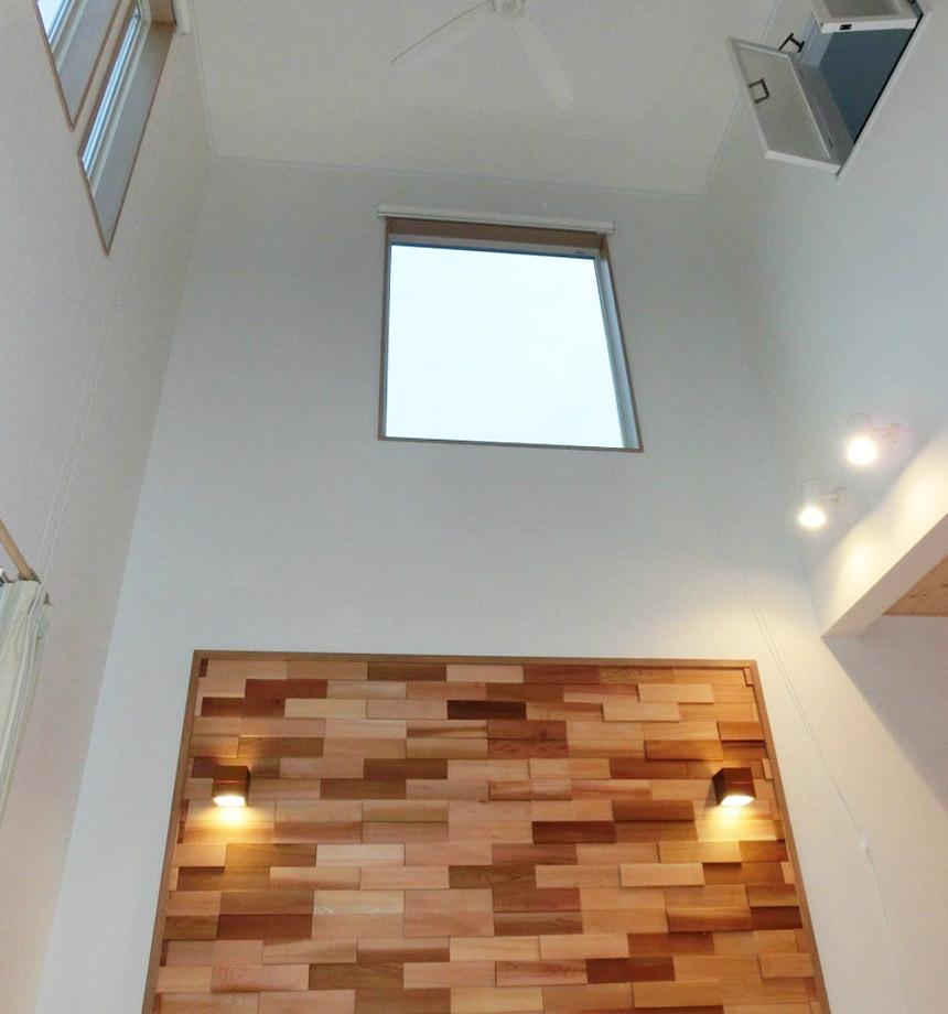 吹抜け空間を彩る木製 ブロック。 お洒落な空間が、施主様ご夫婦にイメージぴったりです。