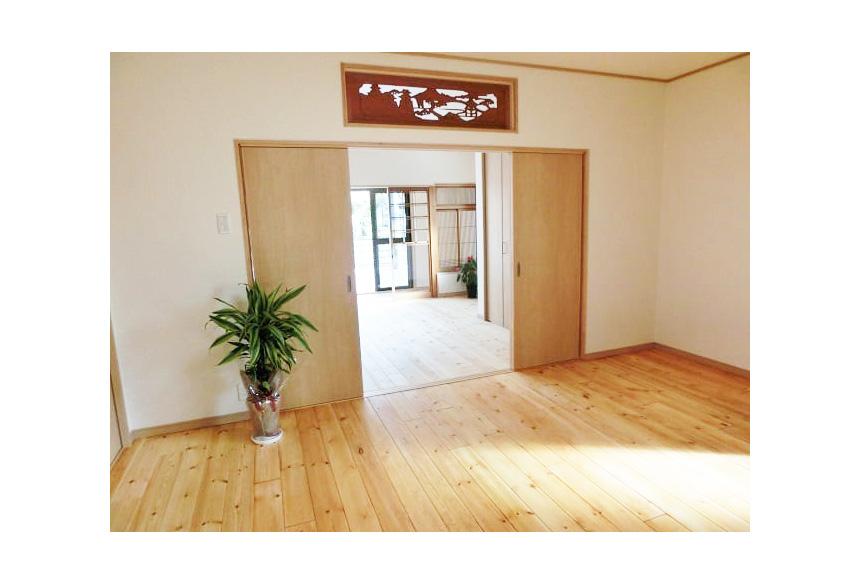 もともと和室の空間を、無垢のフローリングを貼り洋室に。和の趣を残しながらすっきりとしました。