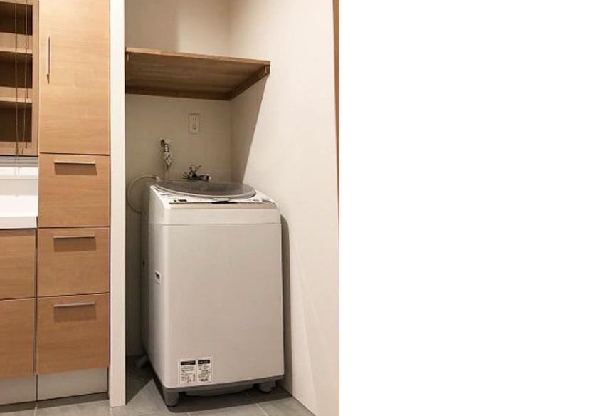 洗面所。洗濯機置場の上の棚が便利!