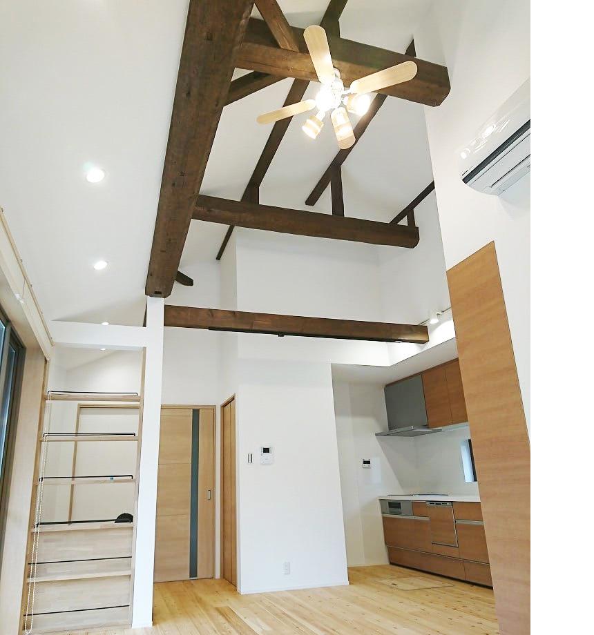 床は赤松の無垢床を使用し、天井には梁を活かし、明るく広々としたLDK。