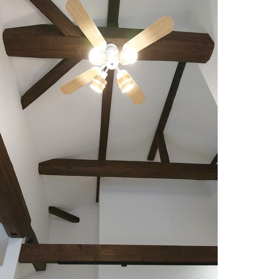 高い天井に梁を活かしたことで、雰囲気のある空間になりました。