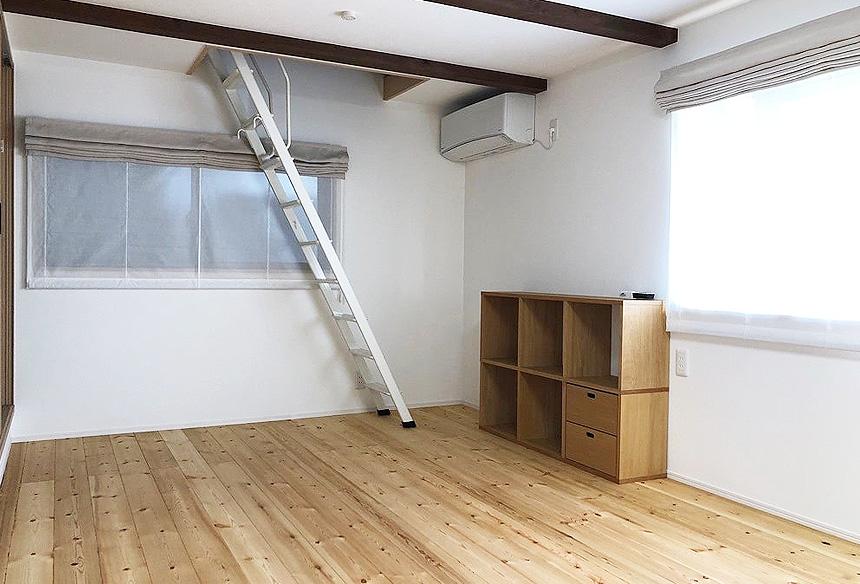 寝室には屋根裏収納をつくり、収納力抜群です。