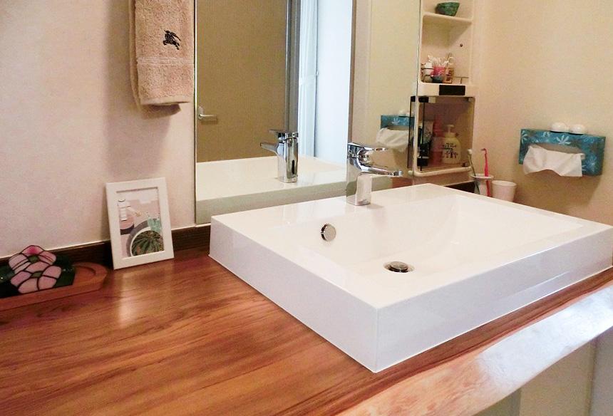 洗面は造作。こだわりのカウンターは、お施主様と木材屋さんにいき、実際に手で触れながら決めたものです。手触りのいい、趣のある洗面台が完成しました。