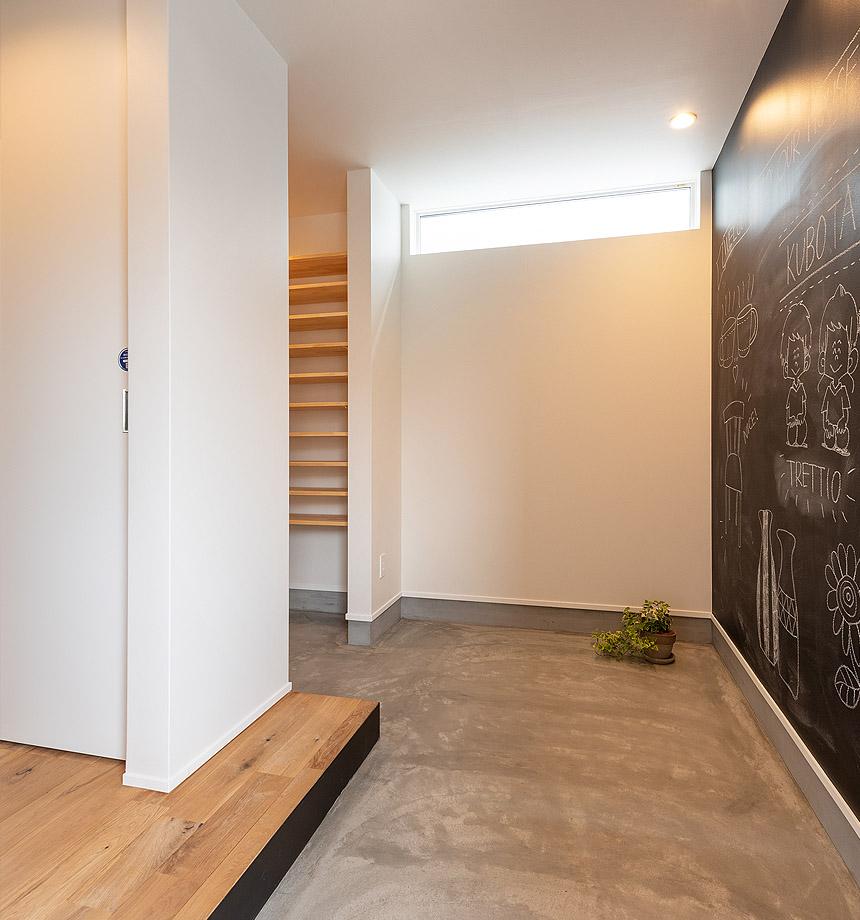 広々としたエントランス。壁面の黒板は、家に入って1番に目に付く場所。自分達らしく楽しく使ってほしいです。FIX窓を取付けているので、光を取りこみ、明るい玄関になります。