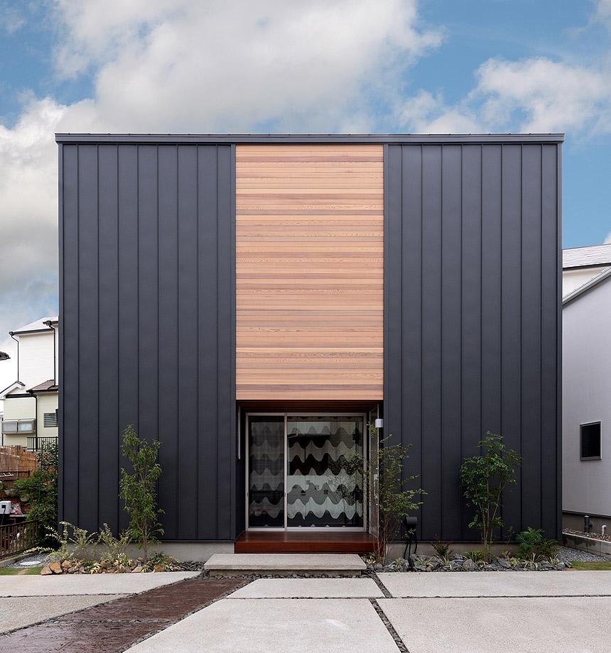 ブラックのガルバリウム鋼板×レッドシダーの外壁は、シンプル且つシックに。お友達が来ても停めてもらえるよう、駐車スペースは広めに。