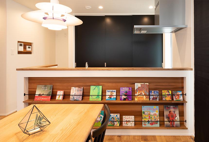 キッチン前の棚は、ブックスタンドに。自分達の好きな雑誌を並べてほっとした自分時間を過ごせますね。