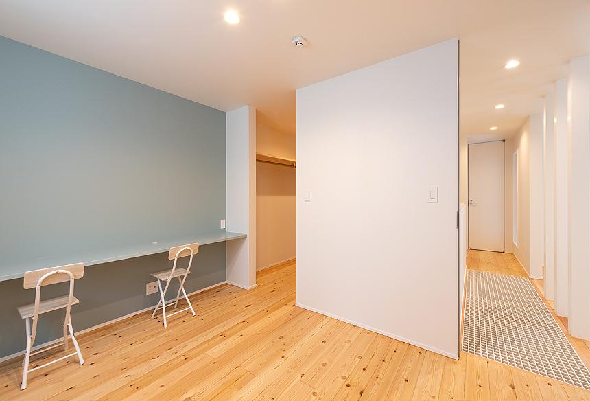 パソコンや趣味など、落ち着いて作業のできる場所として、寝室に広々としたカウンターを設置。寝室横には4帖もの大きなウォークインクローゼットを設けました。